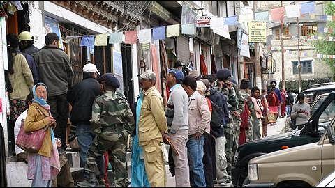 Gunmen loot Rs 4.92 lakh from Kashmir bank